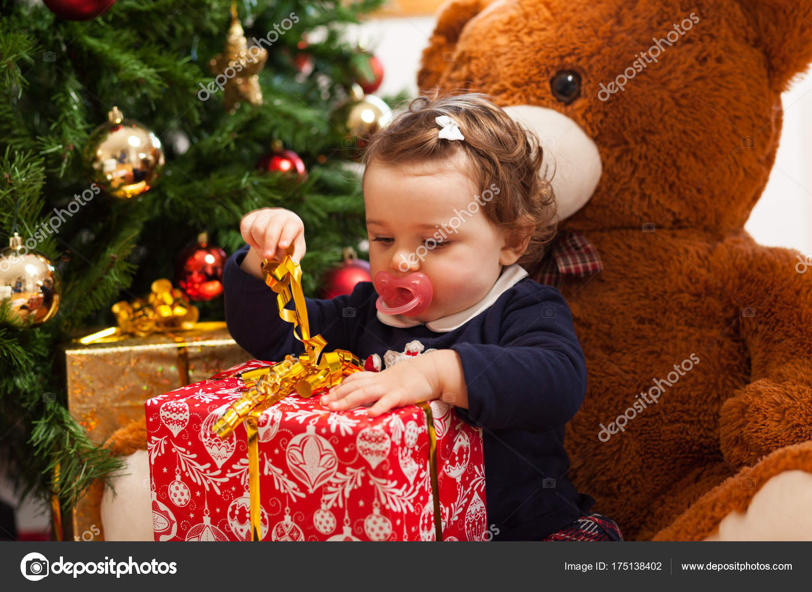 Tddler fille avec des cadeaux pr s de sapin de no l photographie antoniogravante 175138402 - Sapin avec cadeaux ...