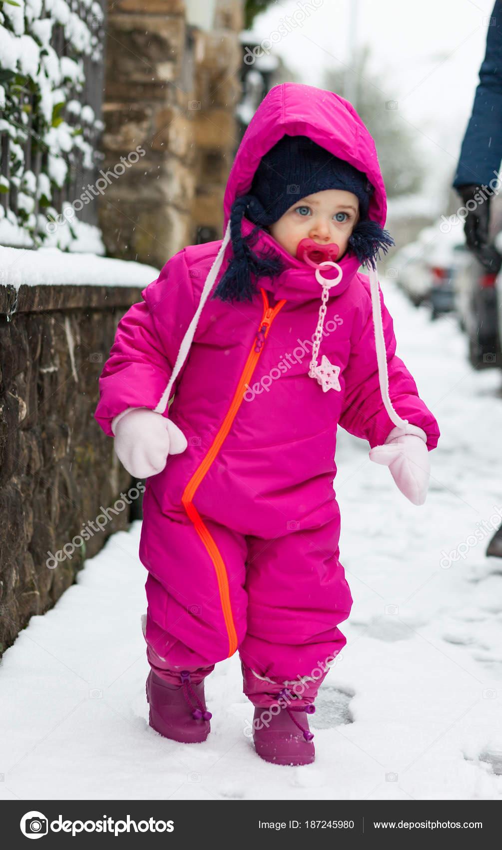 3b8ca2733 Meisje van de baby van de peuter in een pak van de magenta sneeuw ...