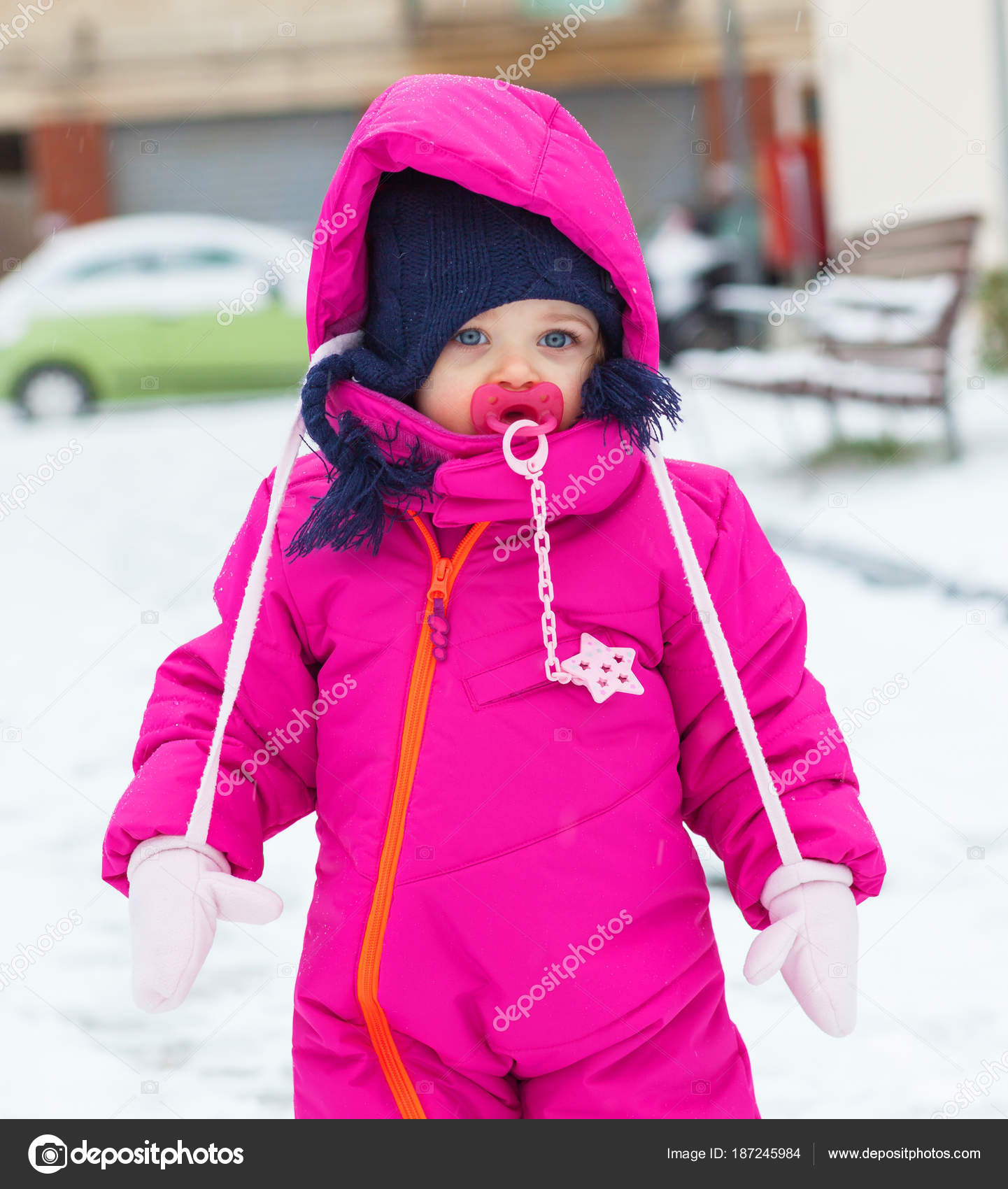 c606c6c3d Meisje van de baby van de peuter in een pak van de magenta sneeuw ...