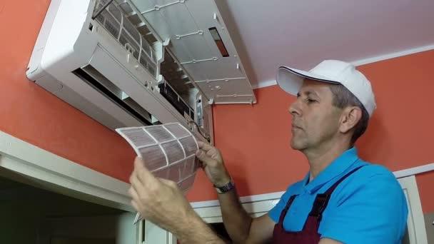 Lächelnde Air Conditioning Master zeigt Daumen hoch