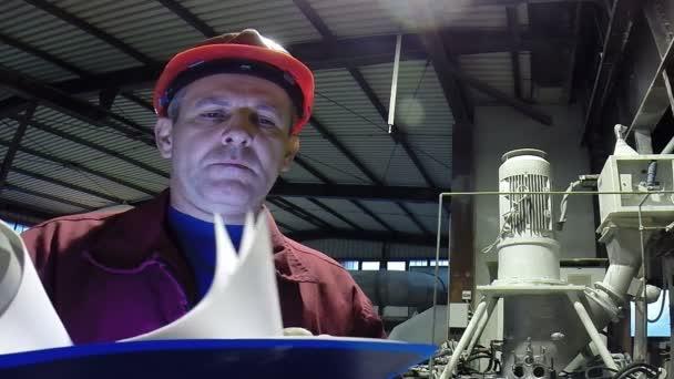 Zpracovat Engineer / inženýr uvnitř továrny čtení instrukce a myšlení. Hd1080p