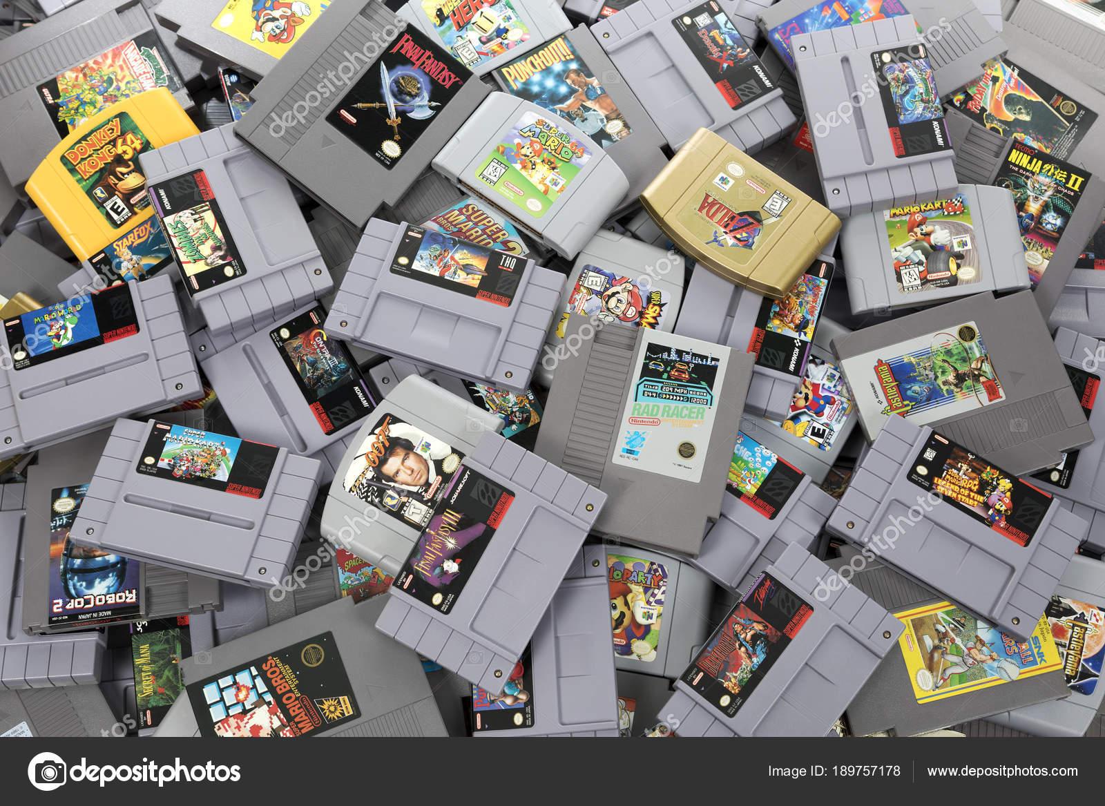 Un Monton De Juegos Juegos De Nintendo Retro Foto Editorial De