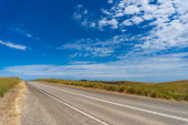 Asfaltová silnice na slunečný den
