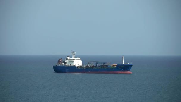 Jedna loď stojící na otevřeném moři, oceán, léto. Limassol, Kypr, 4k