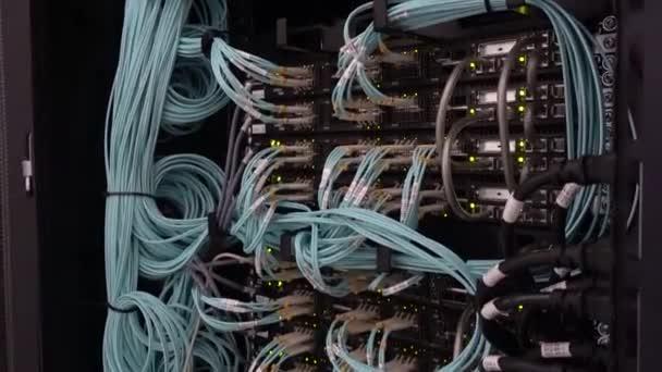 Severs Computer in einem Rack im großen Rechenzentrum. Viele Glasfaserkabel. Bewegungskamera