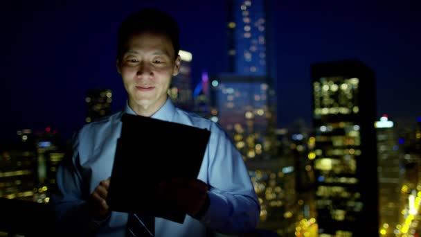 podnikatel, používající obchodní aplikace