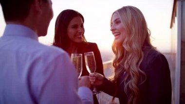 manažeři přípitky šampaňským