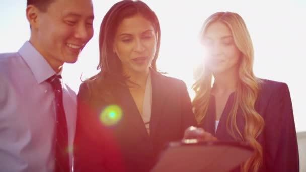 gestori utilizzando tecnologia touchscreen