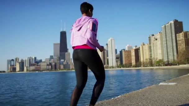 Frauen laufen durch Ufer
