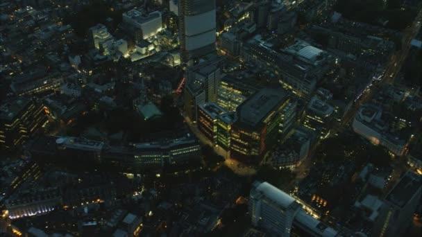 osvětlené budovy v Londýně