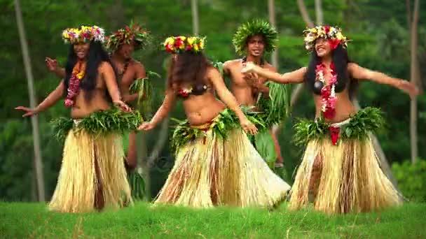 Männer mit Mädchen tanzen hula