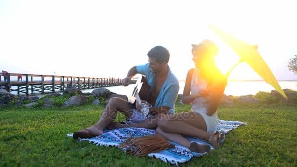 samec a samice, hraje na kytaru