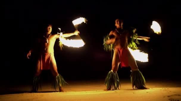 A spinning fáklyák táncosokról tűz