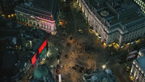 osvětlené obchody v Piccadilly Circus