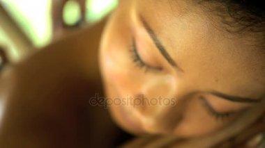 Stone masáž od masérky na ženě