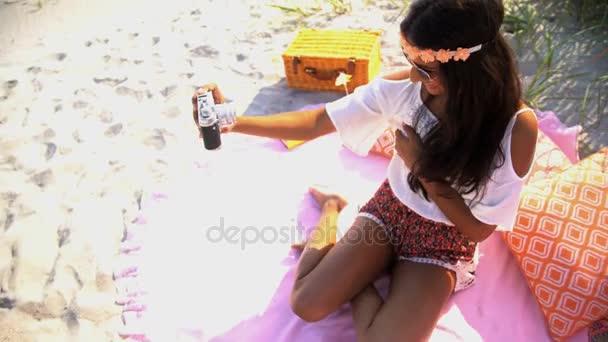 dívka pořizování selfie na pikniku