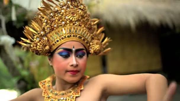 Balijská tanečnice v kostýmu