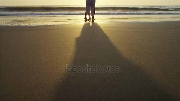 coppia danza sulla spiaggia