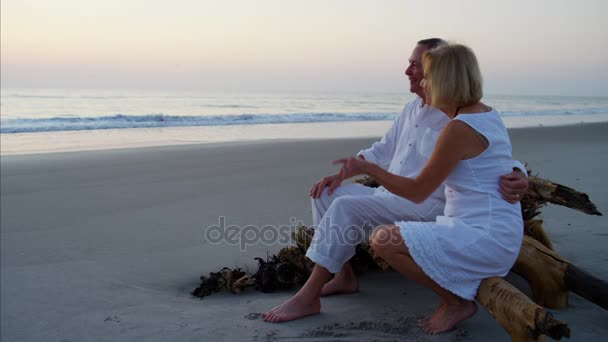 Senioři na západ slunce na pláži