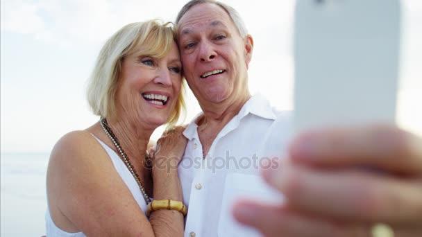Senioři s selfie na chytrý telefon