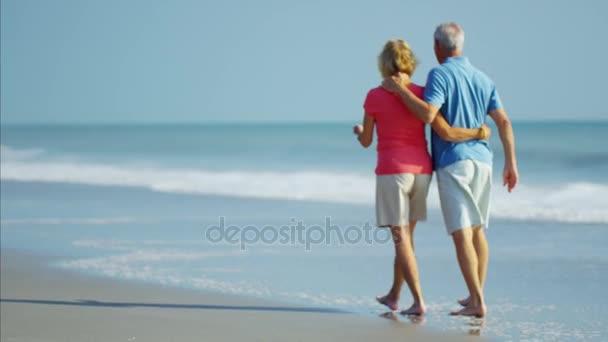 pár baví na pláži