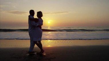 Idősek tánc a strandon