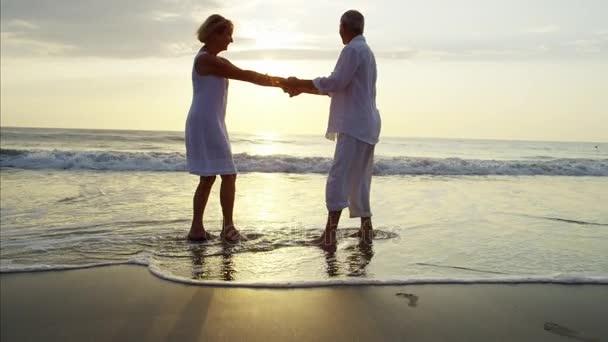 Senioři tančí na pláži