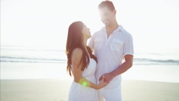coppie che godono della vacanza sulla spiaggia
