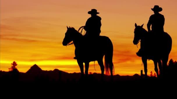 Kovboj jezdci v oblasti divočiny