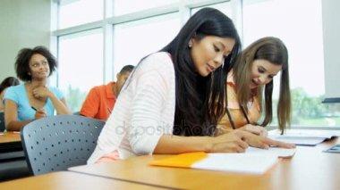 studenti v učebně stoly