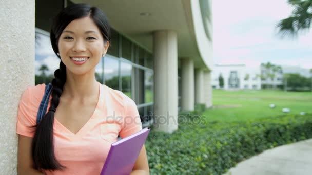 student, drží bezdrátové dotykové obrazovky technologie