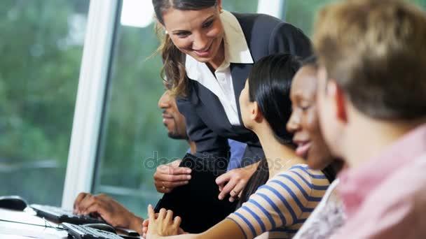 Školitel, mluvící obchodní plánování se studenty