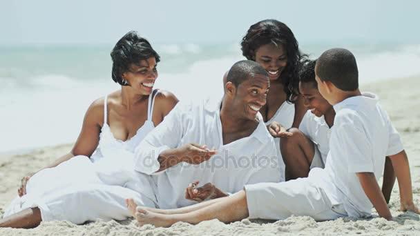genitori con bambini che godono della vacanza