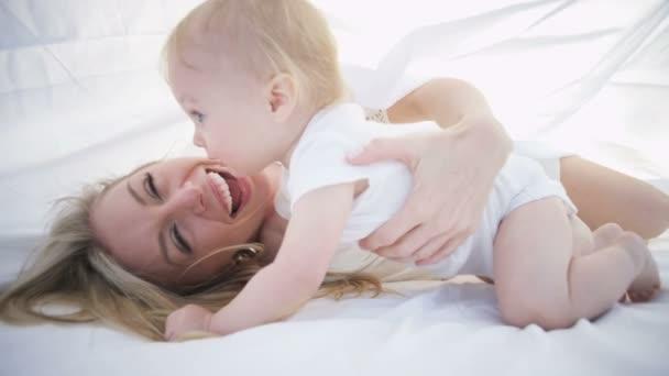 matka s dítětem chlazení pod šálu