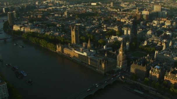 Letecký pohled na příměstské dopravy Westminster Bridge Sunrise over Big Ben domy z parlamentu Westminster Abbey Londýn Anglie Velká Británie