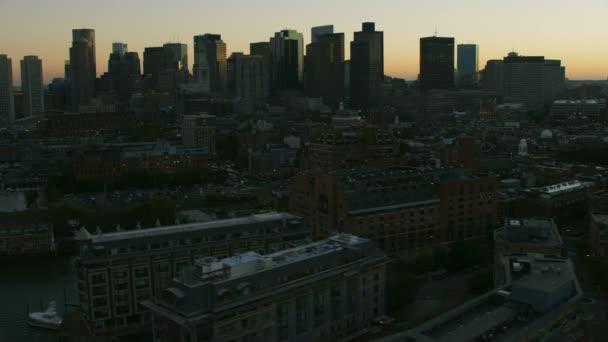 Paesaggio aereo Metropolitan illuminato al tramonto vista dei grattacieli del centro città nel quartiere finanziario di Boston Massachusetts Stati Uniti