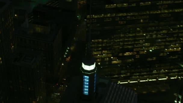 Aerea di notte illuminata vista di crepuscolo di Berkeley costruzione grattacielo di un quartiere finanziario della città Boston Massachusetts Stati Uniti