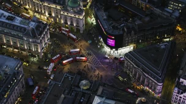 Londýn Uk - listopad 2017: Letecký pohled v noci Piccadilly Circus večerní špičce s osvětlené budovy London Anglie Velká Británie