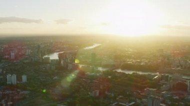 ロンドン都市景観テムズ川ランドマーク目イングランド英国議会ロンドンの家のフレアの太陽と夕焼け空撮