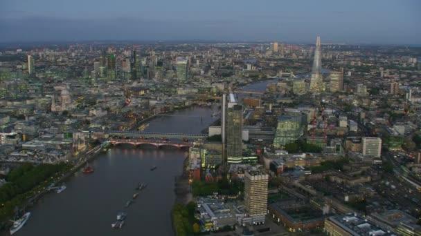 Londýn Velká Británie - listopad 2017: Letecký pohled na londýnské panoráma osvětlené budovy a řeku Temži mosty při západu slunce Shard Walkie Talkie Anglie Velká Británie