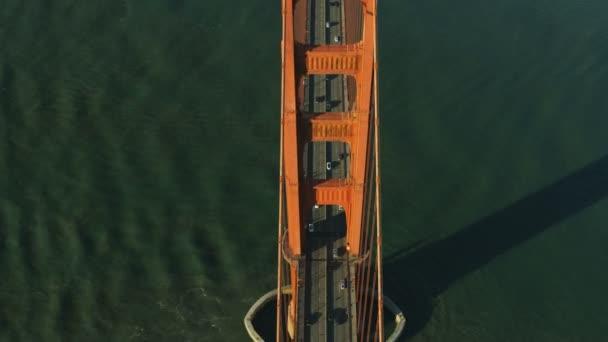 Režie vertikální pohled na provoz vozidel silniční Golden Gate Bridge nás 101 město San Francisco Kalifornie Usa Tichého oceánu