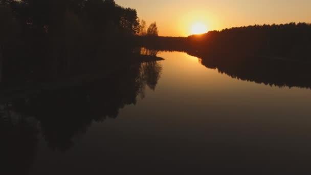 Késő este. Tavasz, alacsony a nap.