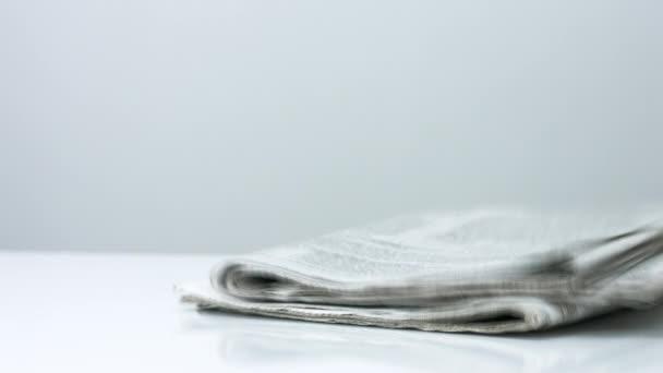 zásobník novin na bílém pozadí