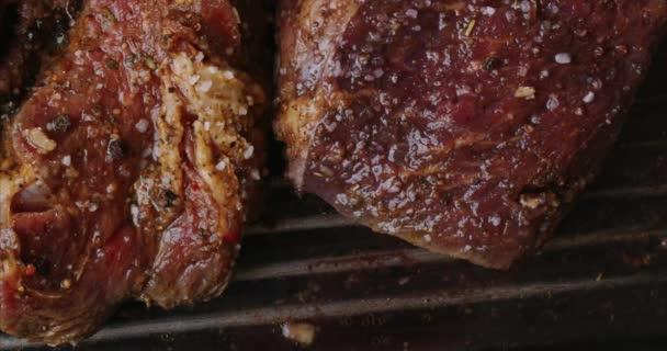 Detailní pohled na šťavnaté plátky masa s plameny. originální recept. Profesionální vaření, jídlo recept, vaření. Vodorovně. Natočeno na 6K Blackmagic kameře. Horní pohled.