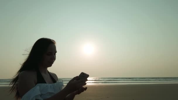 Eine schöne junge Frau macht ein Selfie mit dem Handy