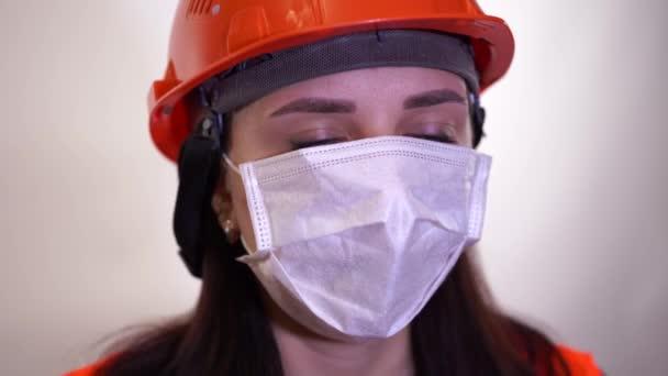 Erwachsene Frauen verdeckten ihr Gesicht mit einer Maske. Konzept der Coronavirus-Epidemie oder Krankheiten.
