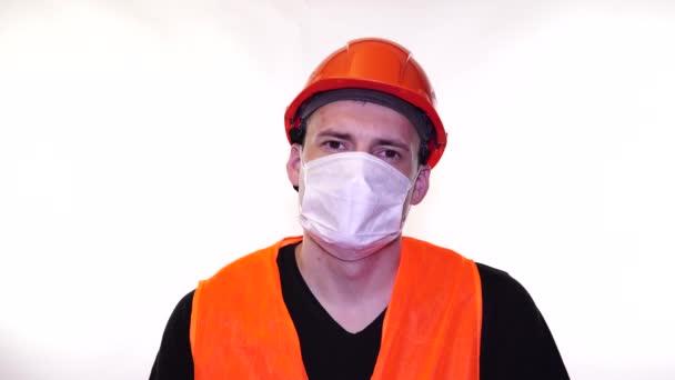 Porträt eines jungen Mannes mit medizinischer Maske auf weißem Hintergrund. Erwachsene männliche Gesicht mit Maske bedeckt, um sich vor Krankheiten zu schützen. Konzept der Coronavirus-Epidemie oder Krankheiten.