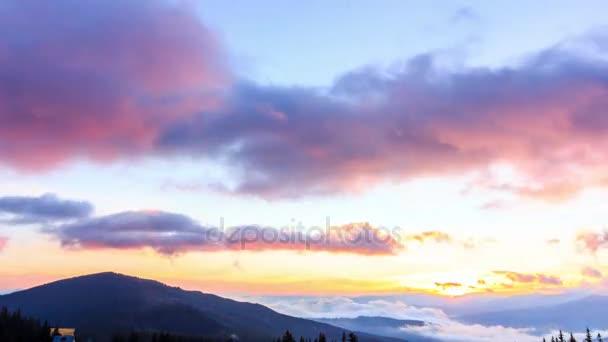Fantasztikus hegyi táj színes felhő. Kárpátok, Ukrajna, Európa