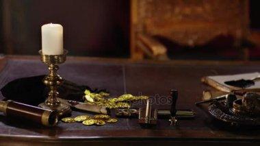 Historická pirátská věci na starý dřevěný stůl kapitána