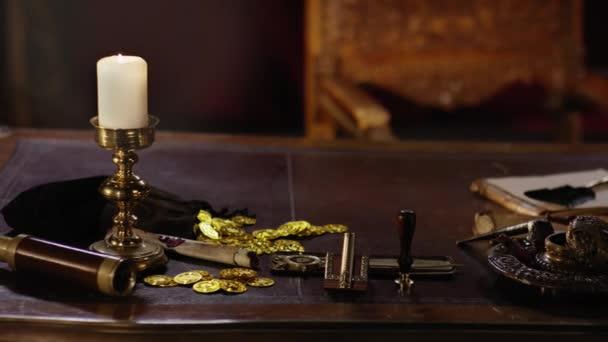 Történelmi kalóz megtöm-ra egy régi fából készült asztal, a kapitány
